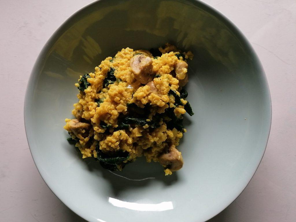 Hirse-Curry auf dem Teller angerichtet