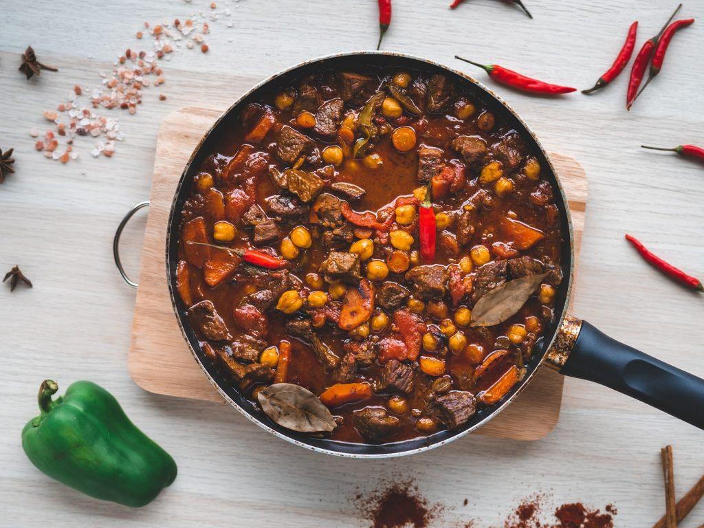 Scharfes Rinderchili mit Zwiebelpaste und Mole