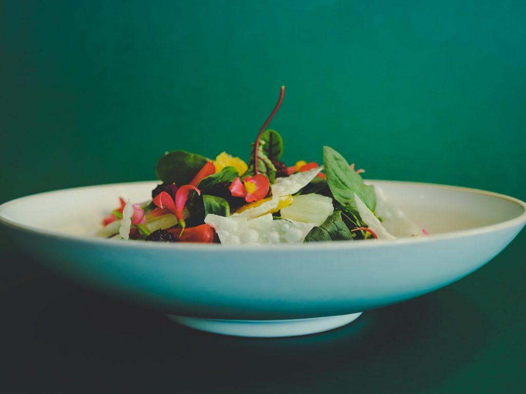 Blattsalat mit verschiedenen Zutaten