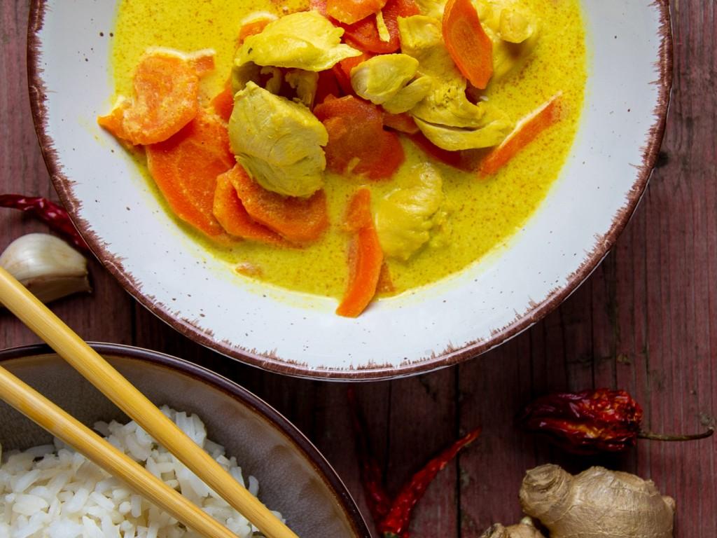 Chicken-Curry mit gebratenen Karotten