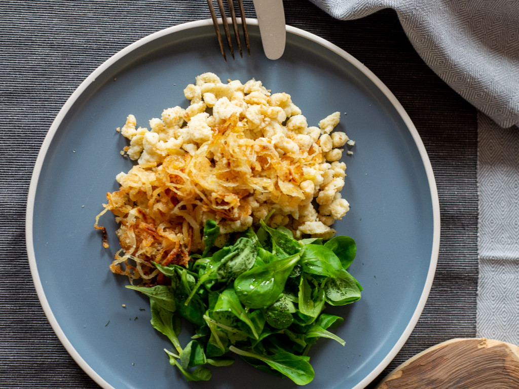 Käsespätzle mir Röstzwiebeln und Salat
