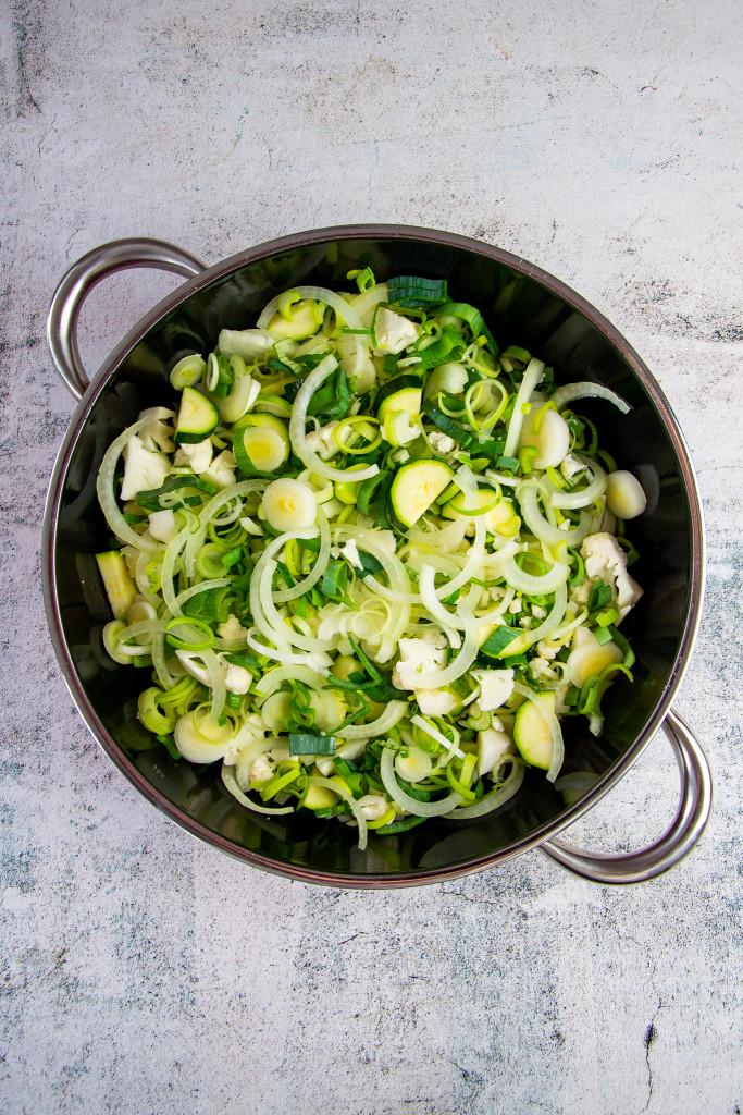 Gemüse roh in der Pfanne