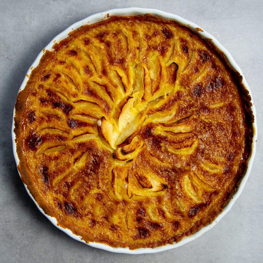 Tarte aux pommes, fertig gebacken in der Tarteform.