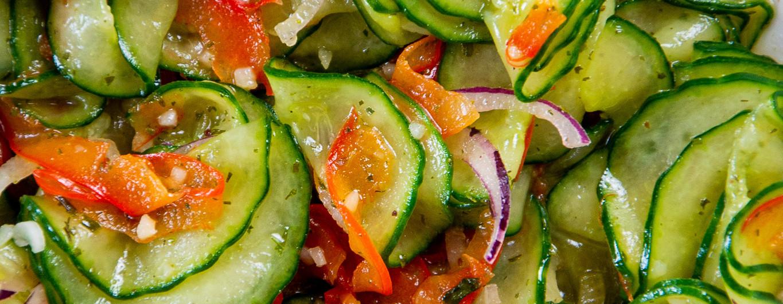 Gurkensalat mit Paprikastreifen